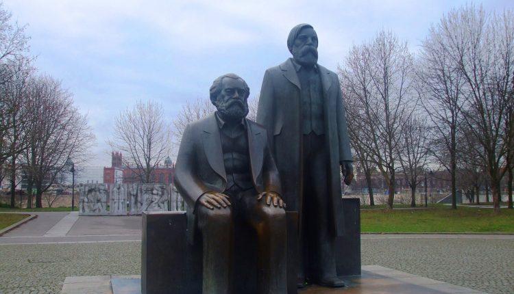 Estatua de Marx y Engels en Berlín (Alemania)./