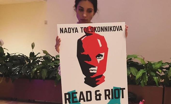 Nadya Tolokónnikova (Pussy Riot) sosteniendo un cartel con la portada de su nuevo libro.