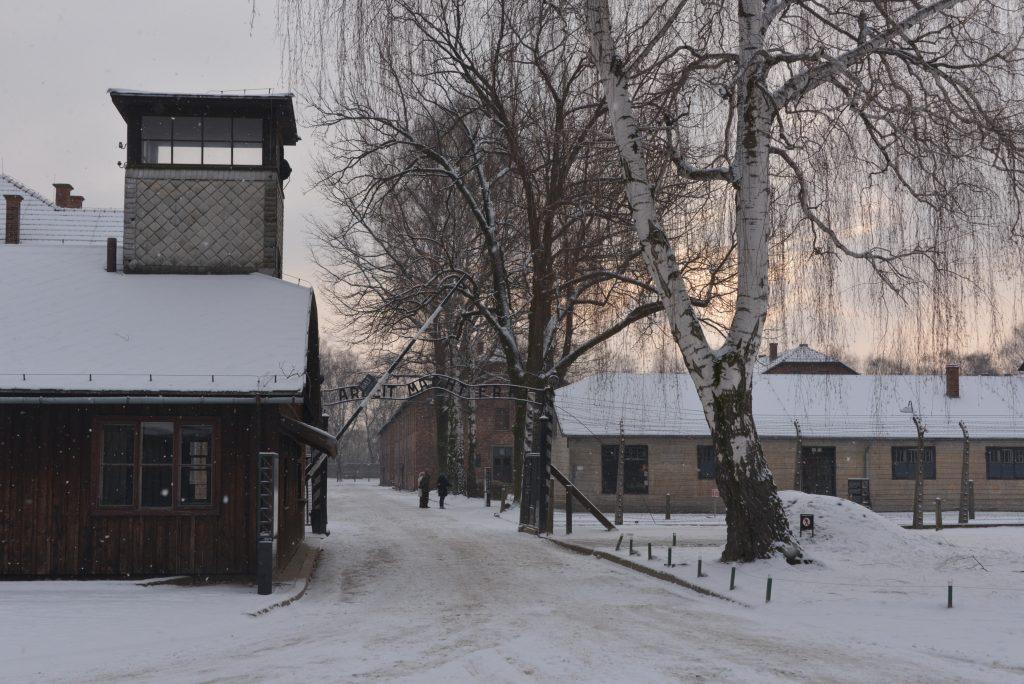Puerta de acceso a Auschwitz I - Foto por Pawel Sawicki © Auschwitz-Birkenau State Museum - Musealia