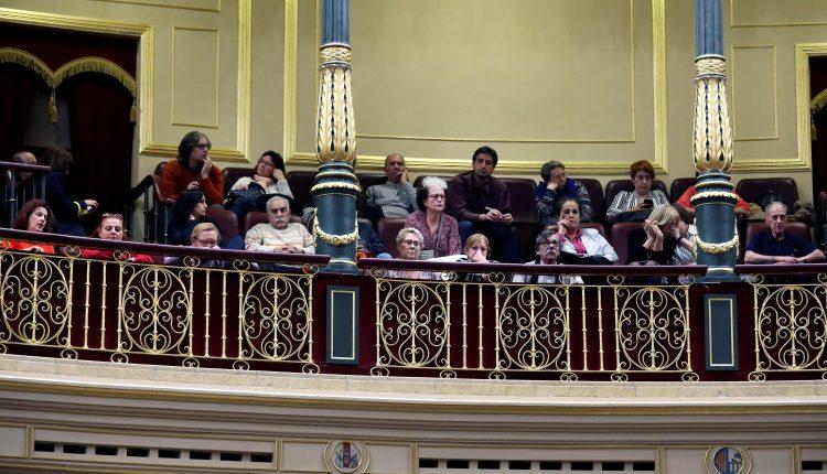 Asociaciones de afectados por los bebés robados en la tribuna de invitados en el Congreso donde hoy se toma en consideración una proposición de ley del grupo parlamentario socialista y del grupo mixto sobre bebés robados en España.
