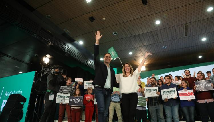 El presidente del Gobierno, Pedro Sánchez, y la presidenta andaluza, Susana Díaz, en el acto de campaña de este martes en Marbella. andaluzas