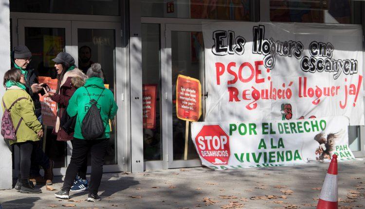 """Una veintena de miembros de la Plataforma de Afectados por la Hipoteca (PAH) y del Sindicat de Llogaters (Sindicato de Inquilinos) ocuparon el vestíbulo de la sede del PSC, dispuestos a """"pasar la noche"""", en protesta contra el real decreto ley de vivienda."""