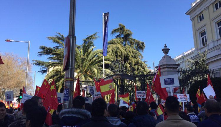 Manifestación de la comunidad china contra el BBVA. /Usera Antirrumores, Fu Yue.