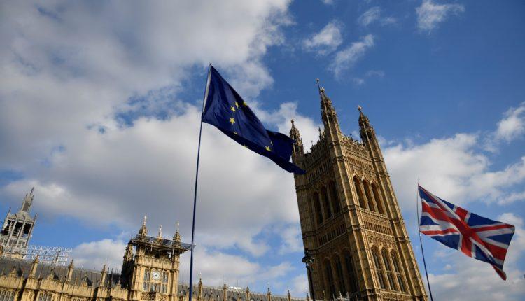 Las banderas del Reino Unido y la Unión Europea ondean a las puertas del Parlamento en Westminster durante una protesta, este miércoles, en el centro de Londres (