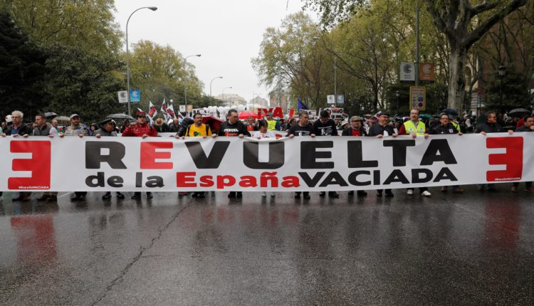 'La Revuelta de la España Vaciada' ha arrancado este domingo desde las inmediaciones de la Plaza de la Colón de Madrid con una participación multitudinaria que pretende convertir esta marcha en histórica.