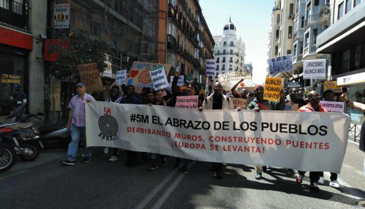 """Cabecera de la manifestación por el """"abrazo de los pueblos"""" en Madrid./ M.F.S."""
