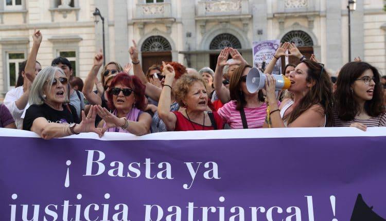 Organizaciones feministas de Madrid se concentran bajo el lema ¡Basta ya de justicia patriarcal!, este viernes frente al Tribunal Supremo. EFE/Kiko Huesca