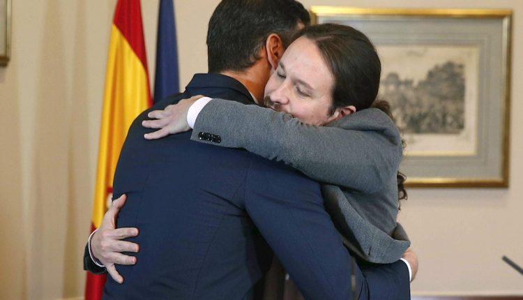 Pedro Sánchez y Pablo Iglesias en la firma del acuerdo de gobierno de coalición. /EFE