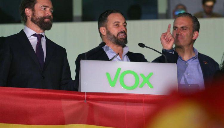 De izq. a derecha, los líderes de Vox Iván Espinosa de los Monteros, Santiago Abascal y Javier Ortega Smith, se dirigen a sus simpatizantes en el exterior de la sede del partido en Madrid durante el seguimiento de la noche electoral./ Javier Lizón (Efe) tercera fuerza