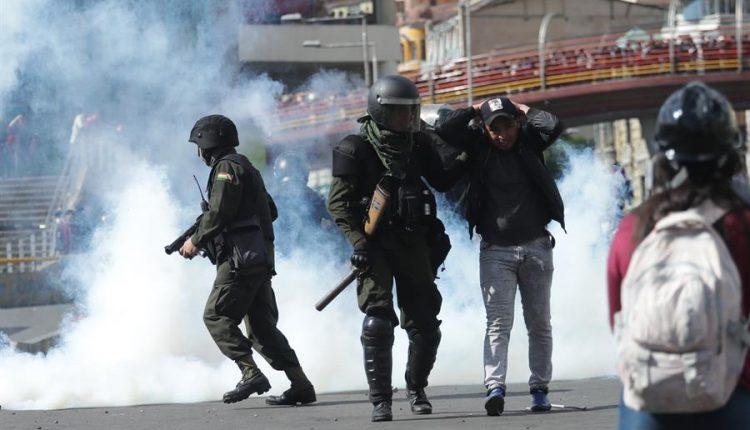 Policía de Bolivia dispersa con gases lacrimógenos una multitudinaria marcha con los féretros de varios de los fallecidos, el pasado 19 de noviembre./ Efe