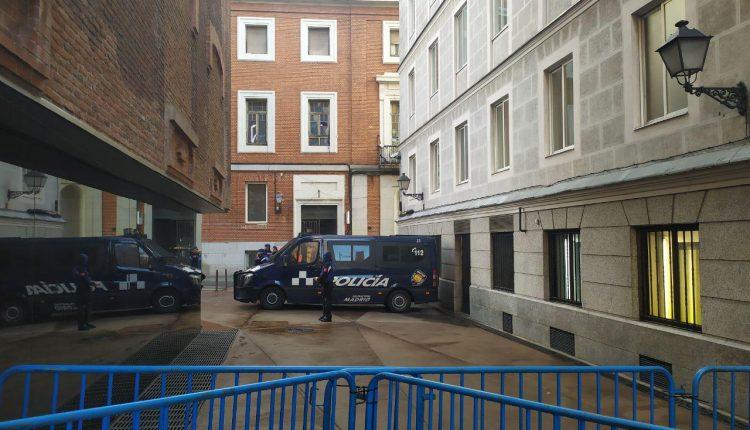 Imagen de la puerta de La Ingobernable, vallada por la Policía Municipal. / cuartopoder