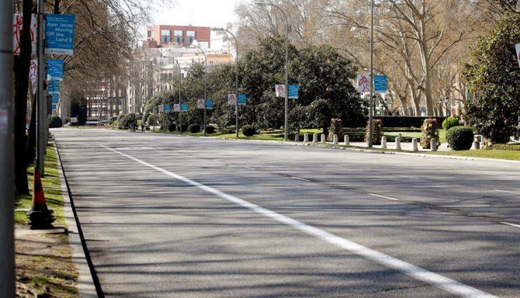 El Paseo del Prado en Madrid, vacío por el confinamiento ocasionado por la pandemia. / Efe