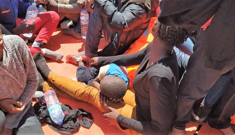 Fotografía de archivo de un rescate realizado hace dos años por Salvamento Marítimo./ Macarena Amores